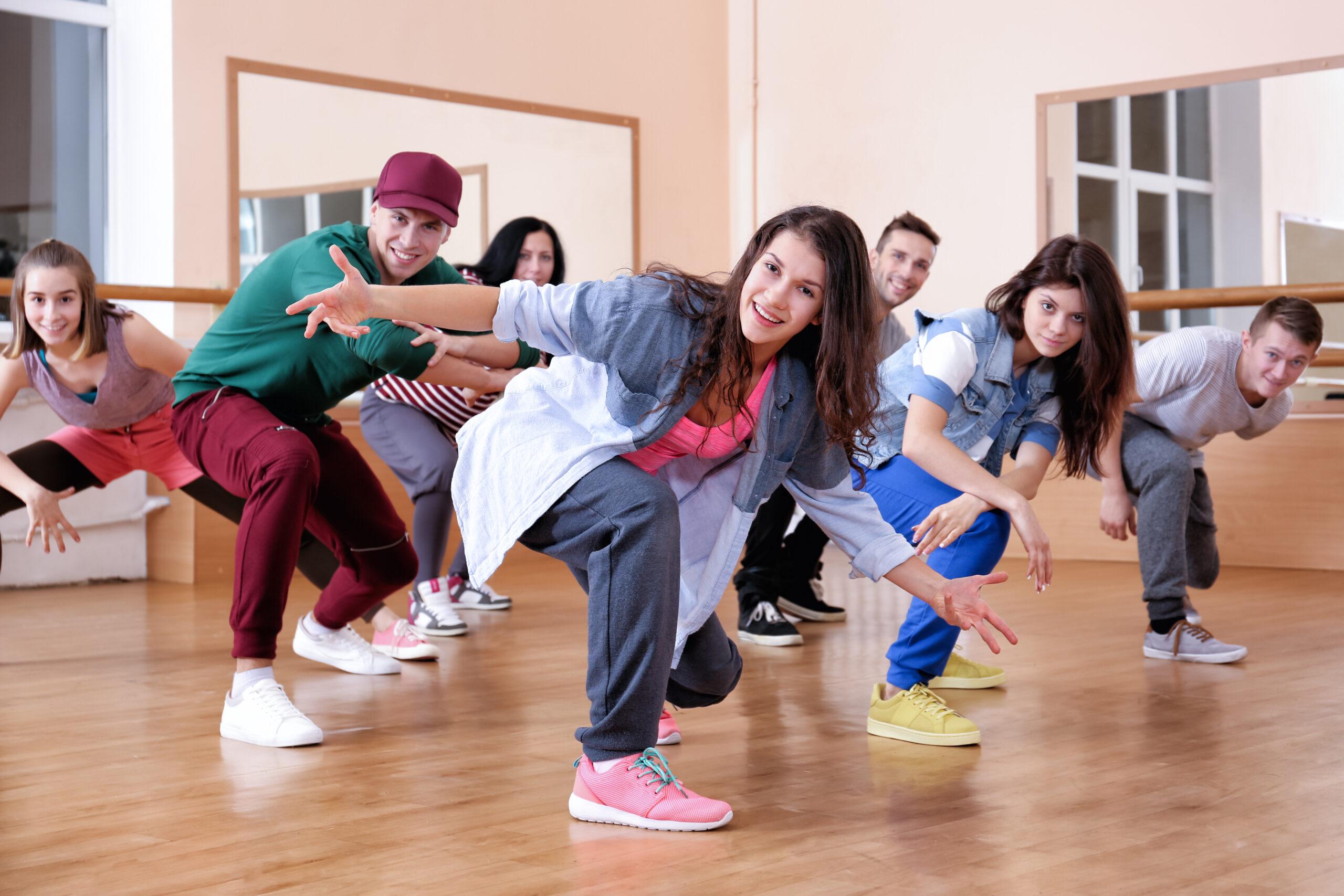 Gruppe junger Menschen beim HipHop tanzen.