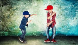 Zwei Kinder tanzen HipHop in einem HipHop-Tanzkurs für Kinder.
