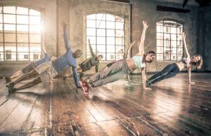 Gruppe von Menschen macht Fitnessübungen.